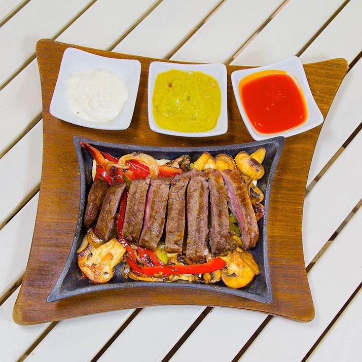 Et Fajita Bonfile et dilimleri, sarı, kır mızı biber ve baharatlar.