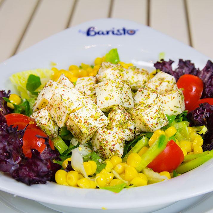 Peynirli Ege Salatası Iceberg marul, roka, havuç, salatalık, kiraz domates, ezine peyniri.