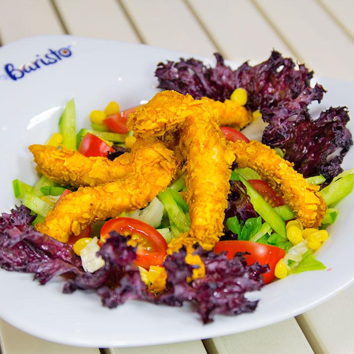 Çıtır Tavuklu Salata Iceberg marul, roka, domates, salata, zeytin, mısır, tavuk parçaları.
